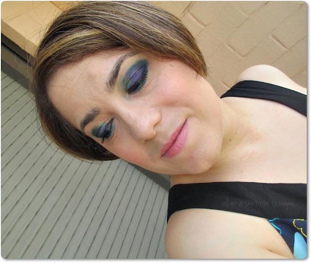 Maquillaje en verde, azules y morado