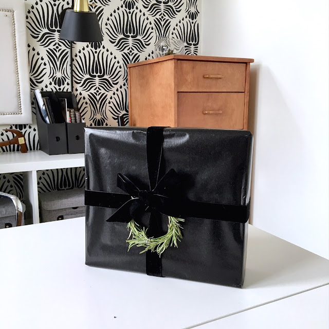 Gift Wrapping Ideas for Christmas: Black paper velvet