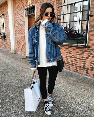 outfit con jacket de mezclilla y leggins negros converse tumblr de moda casual