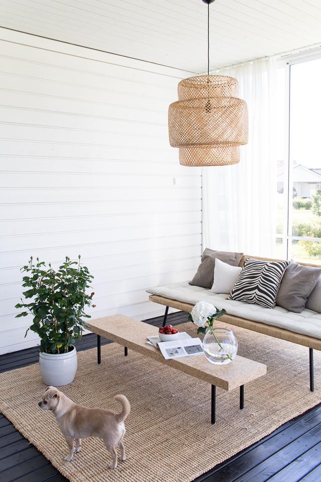 Villa H, chihuahua, kesäolohuone, ikea sinnerlig valaisin sohva korkkipöytä, terassin sisustus