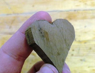 pemotongan kayu bentuk hati untuk kalung