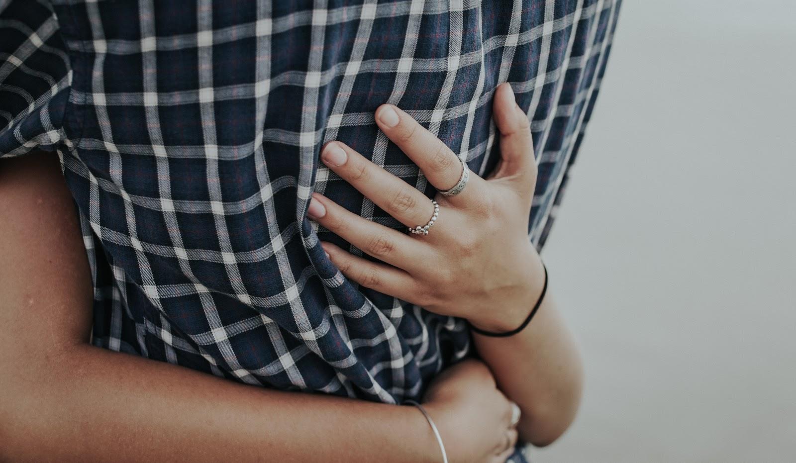 抱擁する男性の腰と女性の手