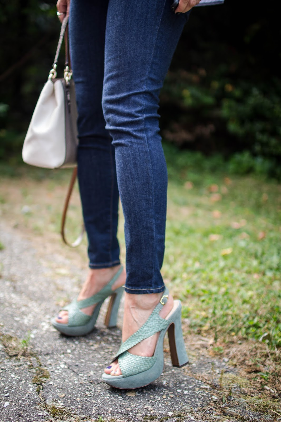How to wear an off the shoulder top for fall. | A.Viza Style | shein off the shoulder top - autre chose platform heels -  levi high waist jeans - dc blogger