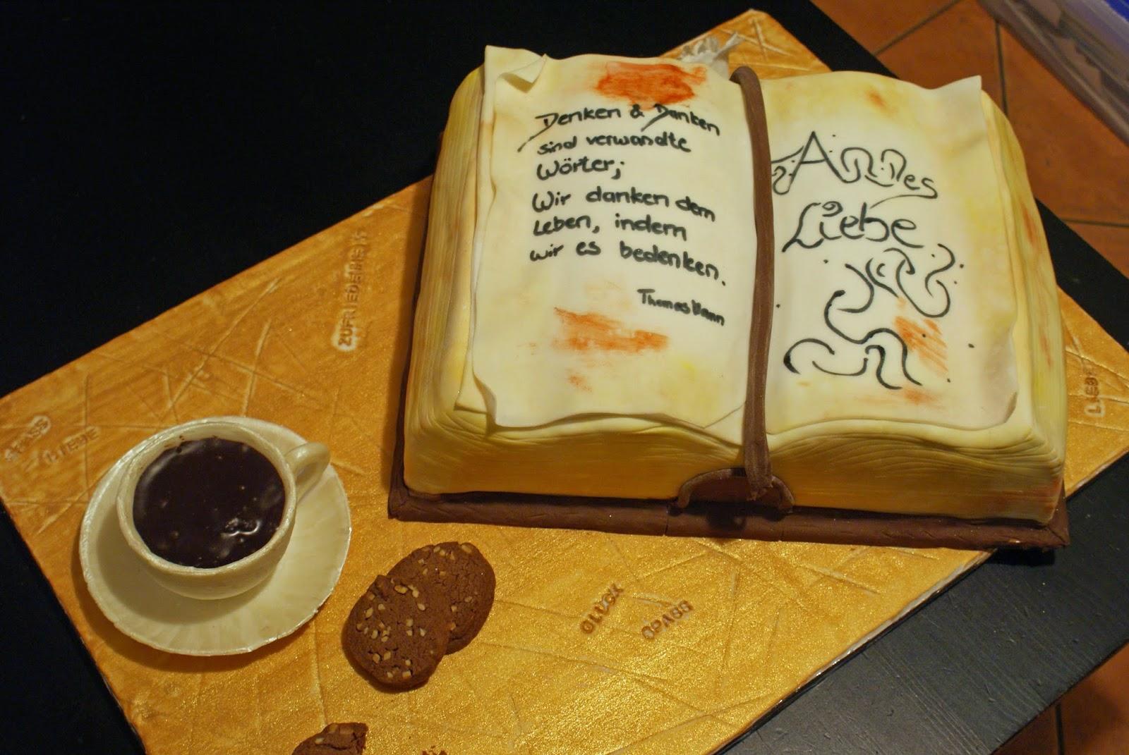 Ein aufgeschlagenes Buch als Torte