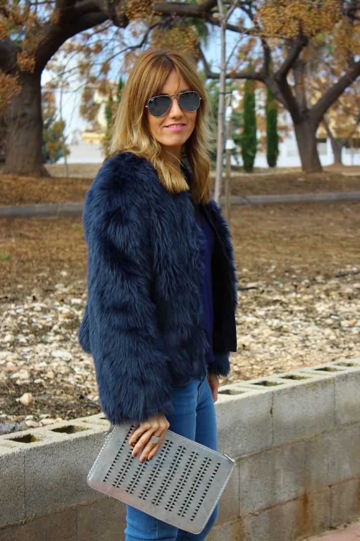c66ca2cb273 De compras con Mónica  Abrigo de pelo azul.