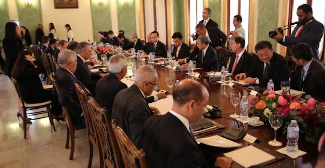 El presidente Danilo Medina recibió hoy al vice premier de la República Popular China, Hu Chunhua, quien se encuentra en el país, junto a una delegación de altos funcionarios de su gobierno, para dar seguimiento a los acuerdos firmados en noviembre del año pasado.