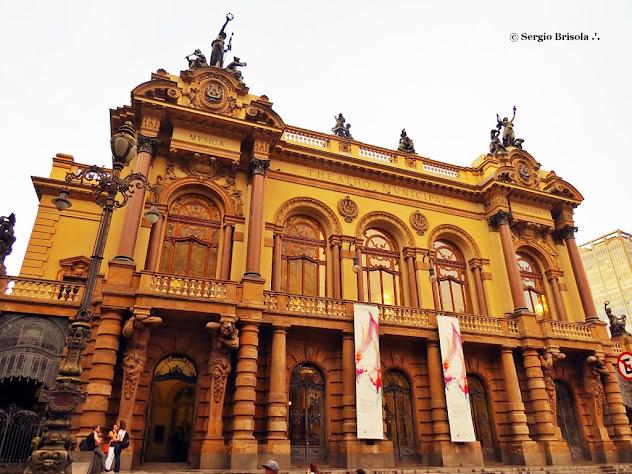 Vista ampla da fachada do Theatro Municipal de São Paulo - Centro