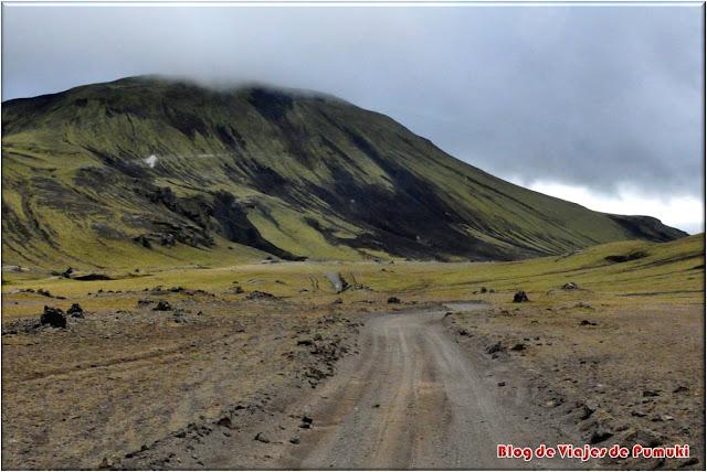 La excursión a Landmannalaugar en autobus permite recorrer paisajes semilunares. El recorrido a pié entre fumarolas es uno de los trekkings mas famosos del mundo