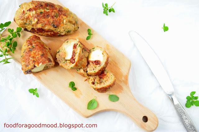 Zwykły mielony może zyskać na smaku i formie. Wystarczy do mięsnej masy dodać świeże zioła, a całość nadziać suszonymi pomidorami i mozzarellą, która pod wypływem ciepła apetycznie się rozciągnie. Do tego takie kotleciki są mega szybkie i łatwe w przygotowaniu. Świetnie smakują w towarzystwie zapiekanych ziemniaków i z bukietem zielonych warzyw (brokuł, kalarepa, szpinak itp.).