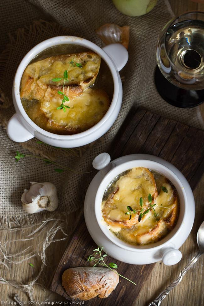 francuska zupa cebulowa zapiekana z grzankami
