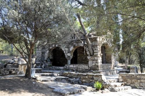 """Ένα πανέμορφο εκκλησάκι, έργο Πικιώνη με αγιογραφίες Κόντογλου, """"κρύβεται"""" στο Πάρκο Τρίτση"""