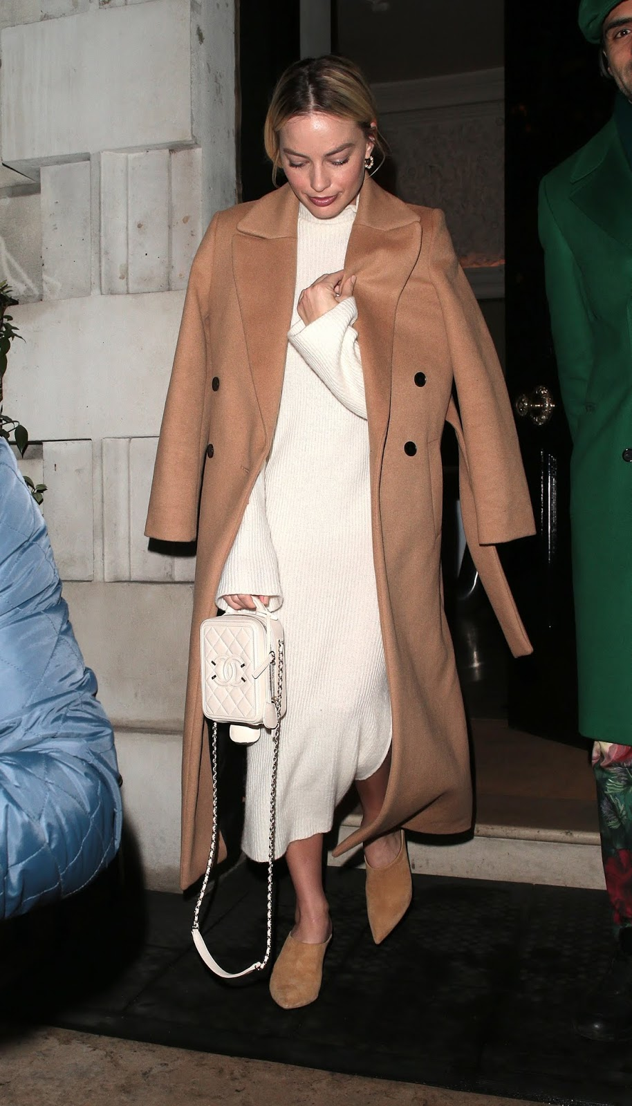 Margot Robbie's Minimal, Neutral Outfit Is Perfection