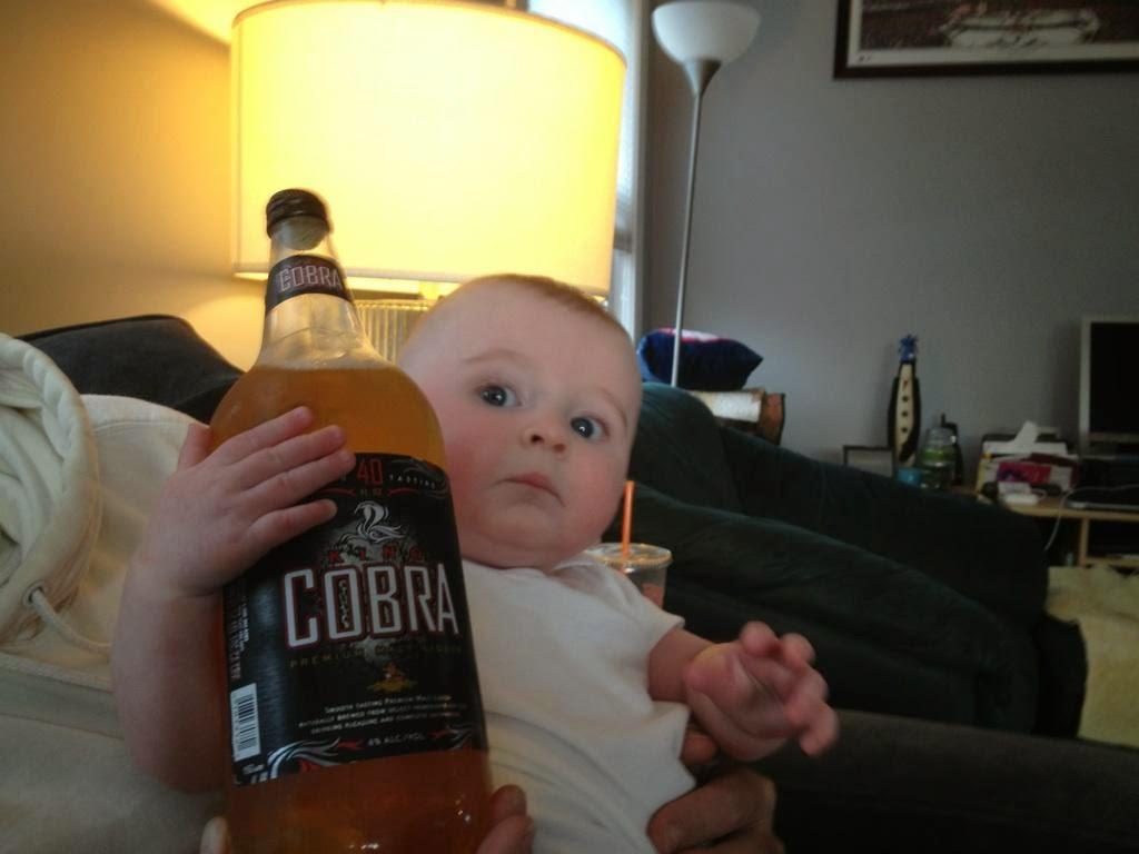 Hijo con la botella de Papá