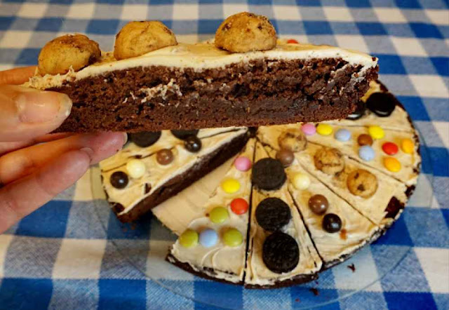 trozo de pizza brownie con cookies