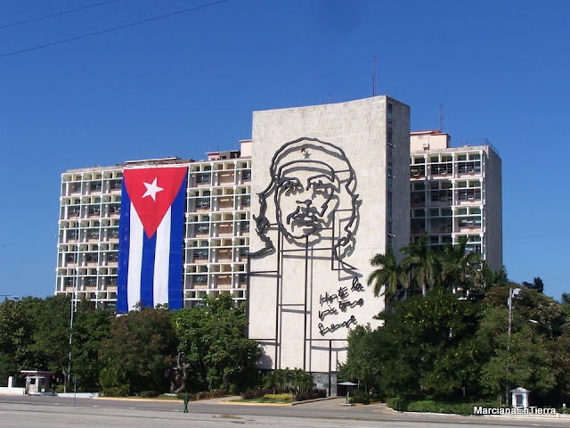 Fachada del Ministerio del Interior con la figura del Che y la bandera cubana, La Habana