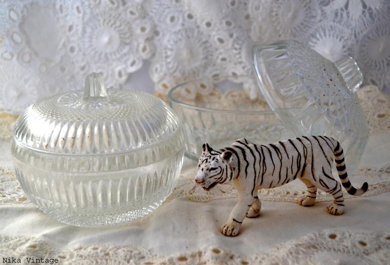 bombonera, azucarero, complementos, objetos antiguos, mesa navideña, navidad, decoracion, cristal,