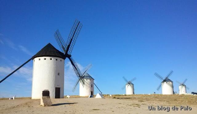 Campo de Criptana famoso gracias a sus icónicos molinos de viento