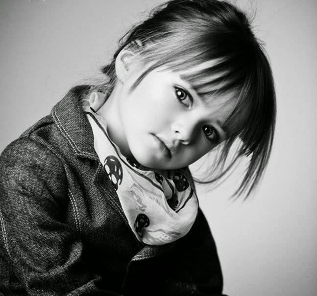 sevimli kız-in-siyah-beyaz-görünüm