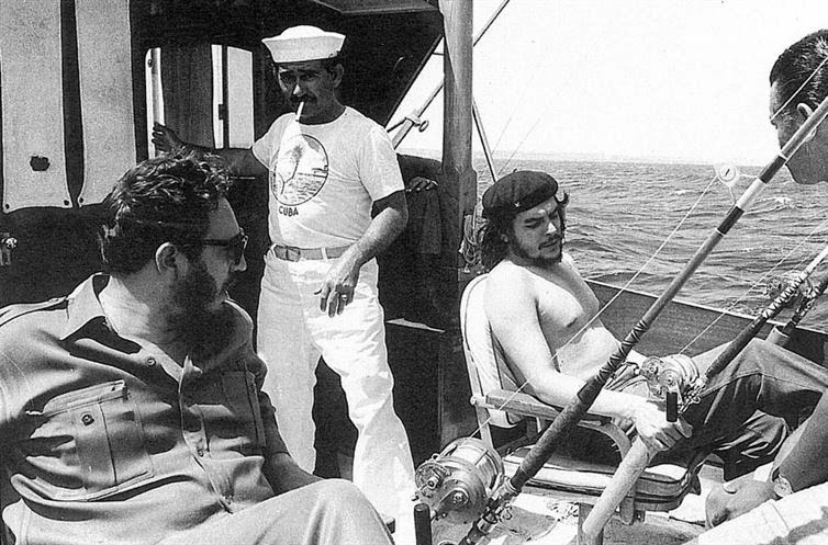 24 Rare Historical Photos That Will Leave You Speechless - Fidel Castro and Che Guevara fishing in 1960.