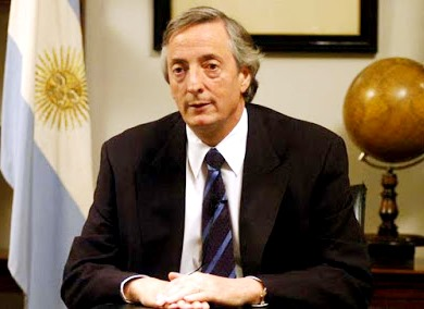 Foto de Nestor Kirchner cerca a la bandera Argetina