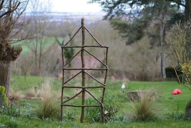 Le jardin des poussins inspiration hivernale en noisetier for Palissade noisetier