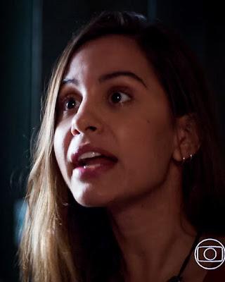 Leila (Jade Cardozo) pede que Rui (Romulo Arantes Neto) não faça nada contra Filipe (Pedro Novaes), em 'Malhação - Toda Forma de Amar' — Foto: Globo