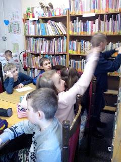 Dzieci słuchają rozdziału książki