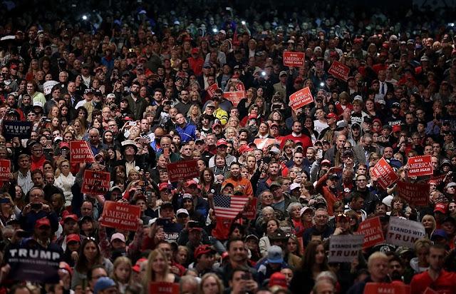 Donald Trump criticou o diretor do FBI na noite de domingo, dizendo a uma multidão de 8.000 pessoas em Michigan, que ele rejeita a última jogada do FBI para inocentar Hillary Clinton