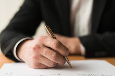 empresario escribiendo en papel