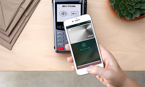 Apple Pay celebrates success in the Czech Republic. People spend on millions, the state wants to give terminals to smaller businesses.