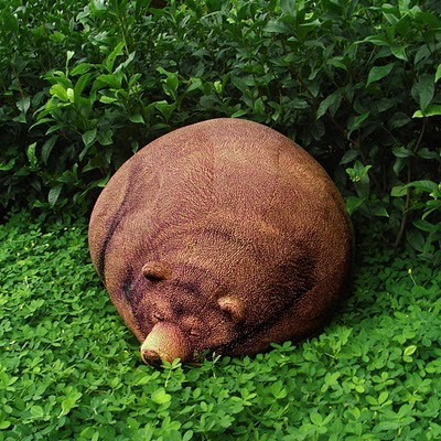 Puff creativo en forma de oso en un jardín.