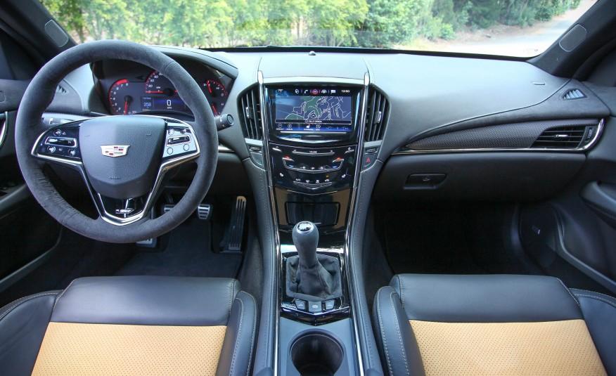 Khoang lái rộng rãi, đơn giản, thể thao...ghế ngồi khá thấp cho cảm giác lái phiêu lưu