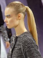 прическа с опашка на средата на главата и зализана коса