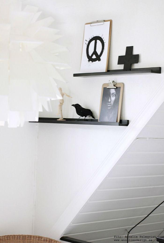annelies design, webbutik, webbutiker, webshop, tavla, tavlor, tavelvägg, tavelväggar, poster, posters, kors, peace, peacetecken, svartvit, svartvita, svart och vitt, tavellist, modelldocka, clipboards