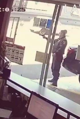 VIDEO: Así defendió policía a su compañero despues de que el ladrón sacara su arma para ejecutar a su compañero