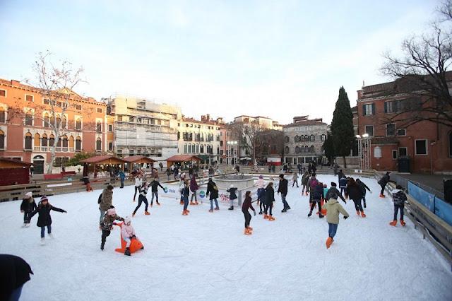 Pista de patinação no gelo no Campo San Paolo em Veneza