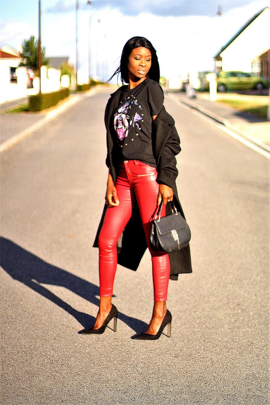 blogueuse-pantalon-cuir-rouge-t-shirt-givenchy-manteau-oversize-sac-drew-chloe