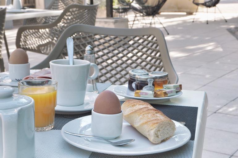 Petit-déjeuner à l'hôtel Montmirail dans le Vaucluse