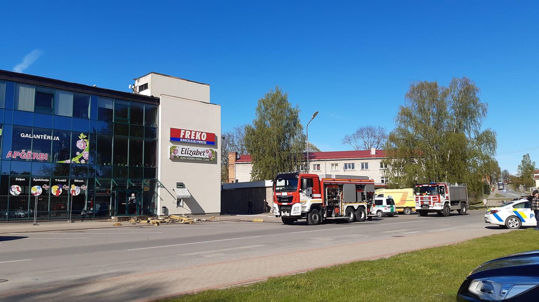 Latvijas operatīvo dienestu brigādes pie tirdzniecības centra Smiltenē