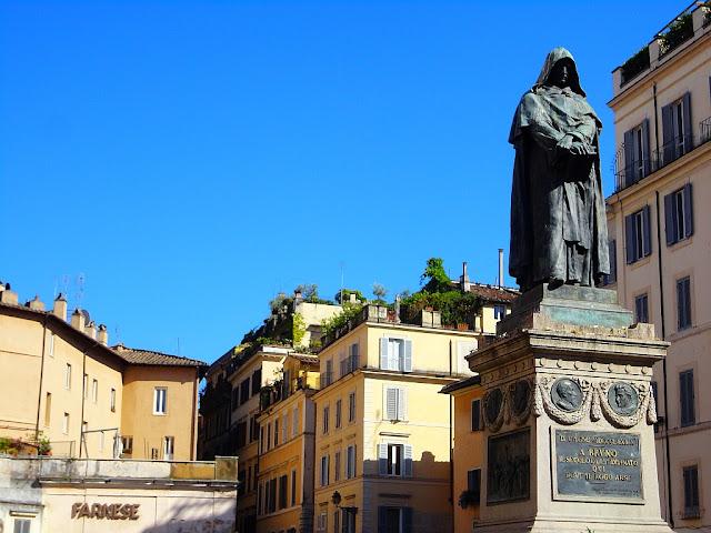 Pomník Giordana Bruna na římském náměstí Campo dei Fiori