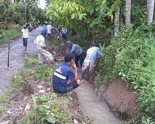 Ansisipasi Luapan Banjir, Warga Dusun Sigaol Gotong Royong