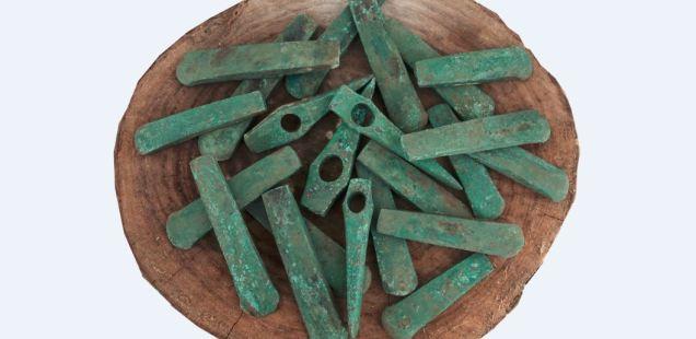 Hallazgo de 22 hachas de cobre y cabezas de martillo de cobre del quinto milenio a.C. en Bulgaria. Foto: Ruse Regional Museum of History