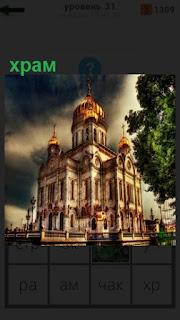 построен знаменитый храм в Москве