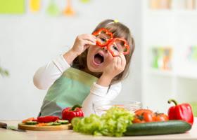 Praktyczne porady jak zachęcić dziecko do jedzenia warzyw.