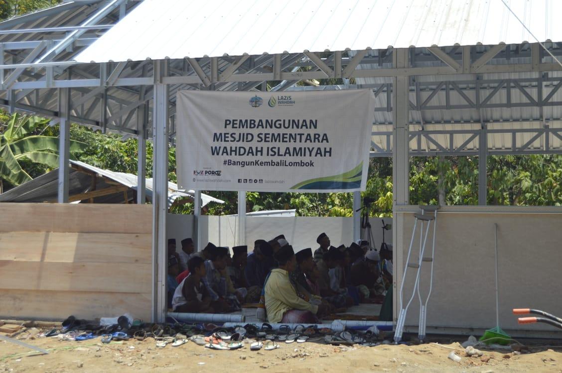 Sholat Jumat Perdana Di Masjid Sementara Wahdah Islamiyah Kecamatan Tanjung Lombok Utara