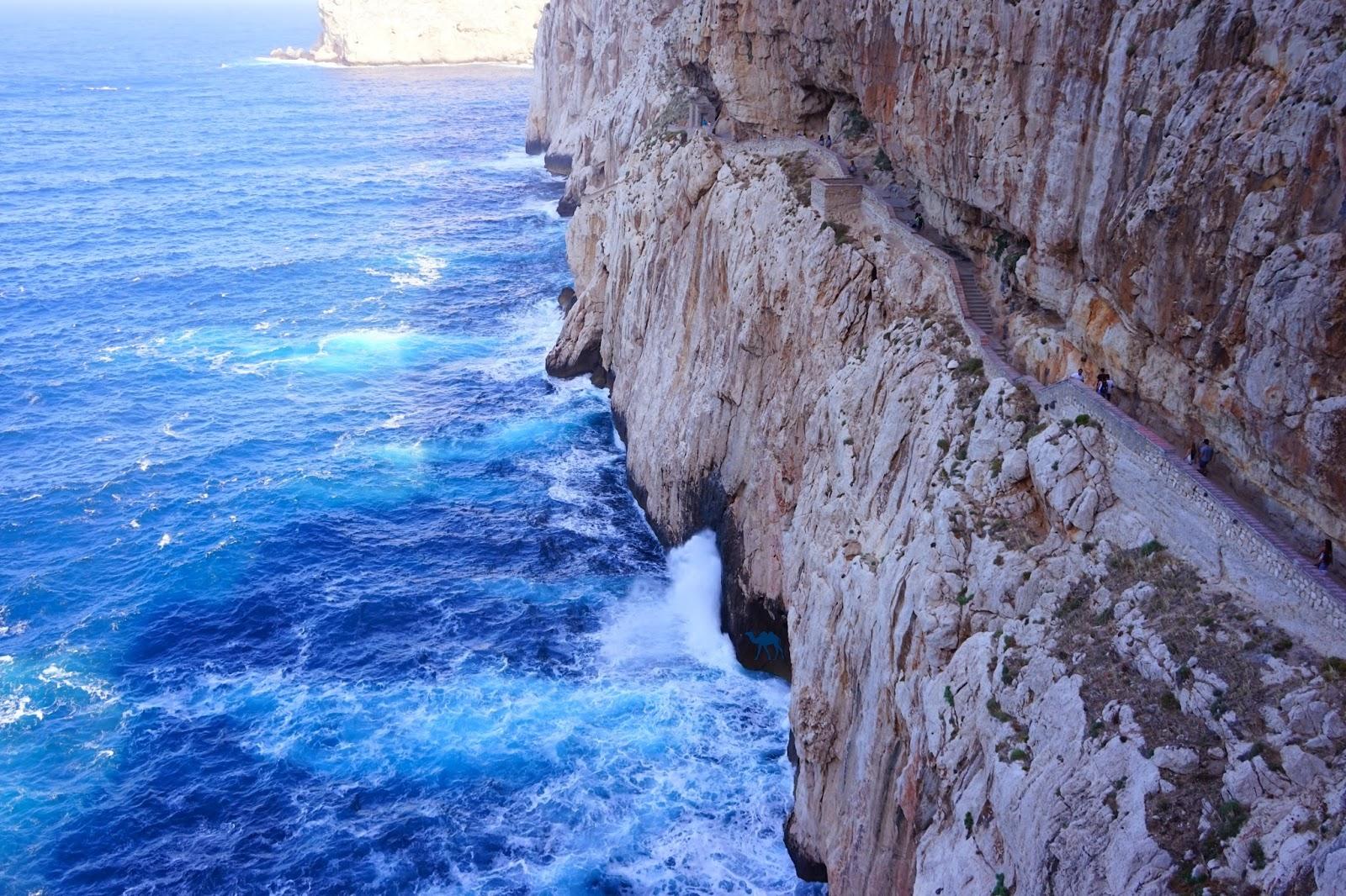 Le Chameau Bleu - Blog Voyage Sardaigne - Chemin d 'accès a la grotte de Neptune Sardaigne - Grotto di nettuno