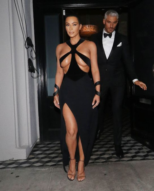 Kim Kardashian muestra parte de sus senos con este vestido