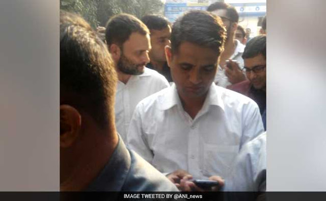 rahul gandhi atm queue 650x400 51478860404 Amid Scramble For Cash, Rahul Gandhi Stands In Line, Smiles For Selfies (Source: NDTV)