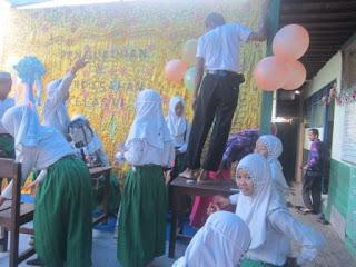 Gotong Royong Persiapan Pengukuhan dan Perpisahan Siswa Kelas 6 MI Al Raudlah