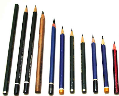 Sejarah Singkat Alat Tulis Pensil  Pensil adalah alat tulis dan lukis yang awalnya terbuat dari grafit murni. Penulisan dilakukan dengan menggoreskan grafit tersebut ke atas media. Namun grafit murni cenderung mudah patah, terlalu lembut, memberikan efek kotor saat media bergesekan dengan tangan, dan mengotori tangan saat dipegang. Karena itu kemudian diciptakan campuran grafit dengan tanah liat agar komposisinya lebih keras. Selanjutnya komposisi campuran ini dibalut dengan kertas atau kayu.  Penggunaan timbal dan grafit sudah dimulai sejak zaman Yunani. Keduanya memberikan efek goresan abu-abu, walaupun grafit sedikit lebih hitam. Grafit sangat jarang dipakai hingga kemudian pada tahun 1564 ditemukan kandungan grafit murni dalam jumlah besar di Borrowdale, sebuah lembah di Lake District, Inggris bagian utara. Meskipun kelihatan seperti batu bara, mineral tersebut tidak dapat terbakar, dan meninggalkan bekas berwarna hitam mengilap, serta mudah dihapus di atas permukaan yang bisa ditulisi.  Konon, kata pencil berasal dari bahasa Latin, penicillus, yang artinya ekor kecil karena bentuknya memang seperti kuas kecil. Pensil yang kita kenal sekarang adalah untuk menulis ataupun menggambar dalam bentuk batang bahan hitam itu adalah grafit. Grafit adalah bahan batuan yang didapat dari menambang. Grafit ditemukan sekitar 500 tahun yang lalu